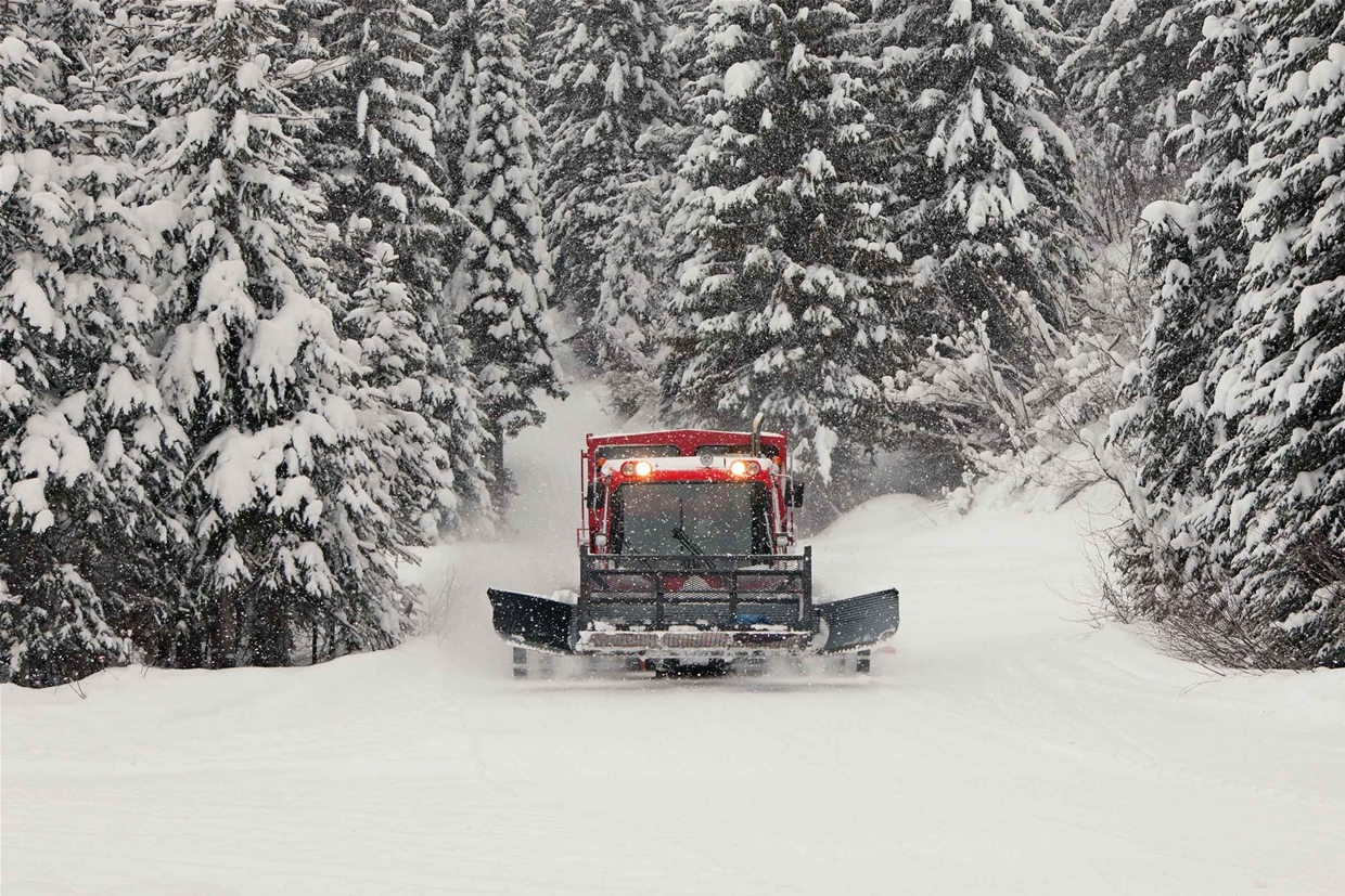 Island Lake Lodge Snowcat - Your ride to winter wonderland