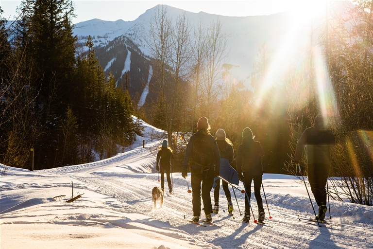 Family cross-country skiing in Montane