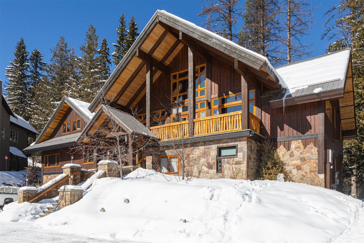 Alpine Lodge is walkable to the ski lifts in winter