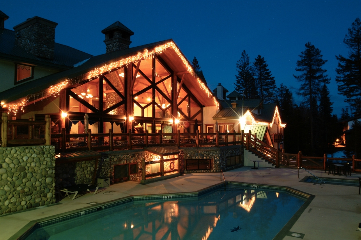Lizard Creek Lodge in the Evening