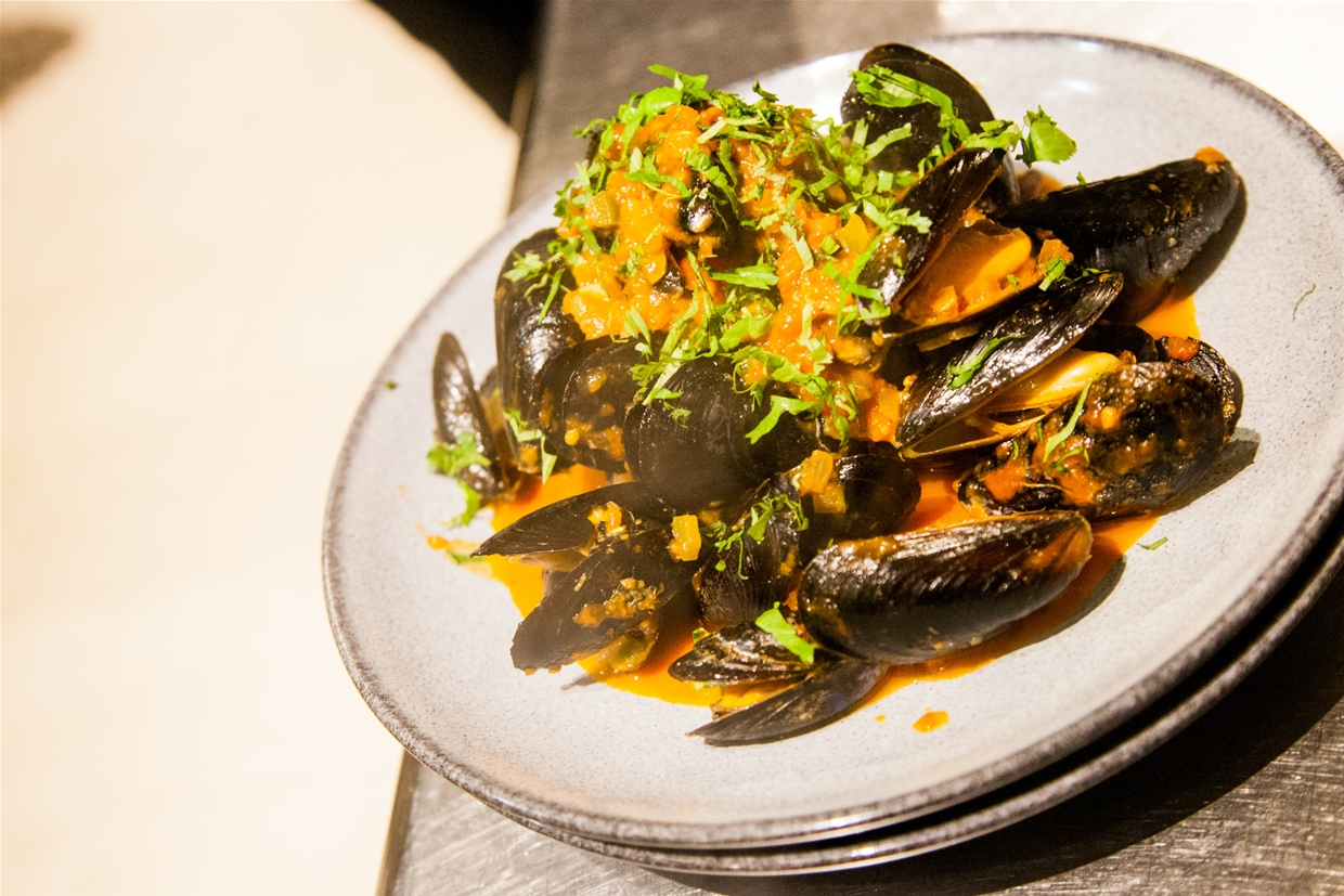 Pount of PEI mussels steamed in white wine and garlic broth